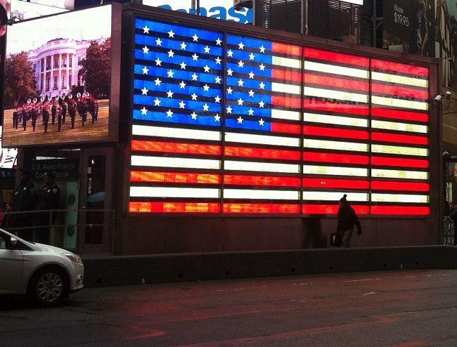 Amerikanische Flagge am Times Square