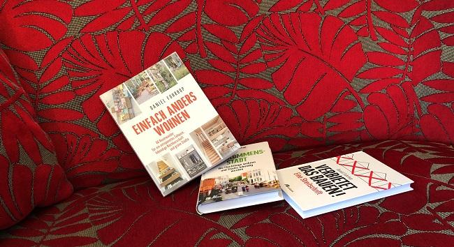 Drei Bücher auf dem Sofa.
