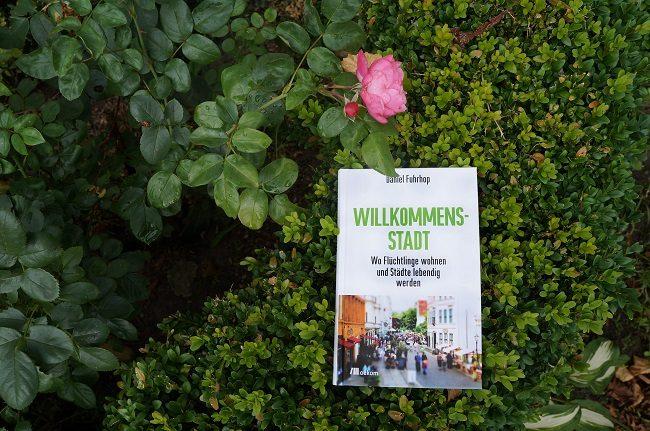 Buchcover vor Blume