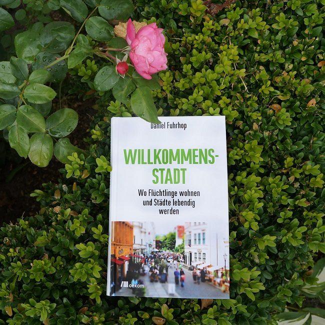 Cover Willkommensstadt vor Blume