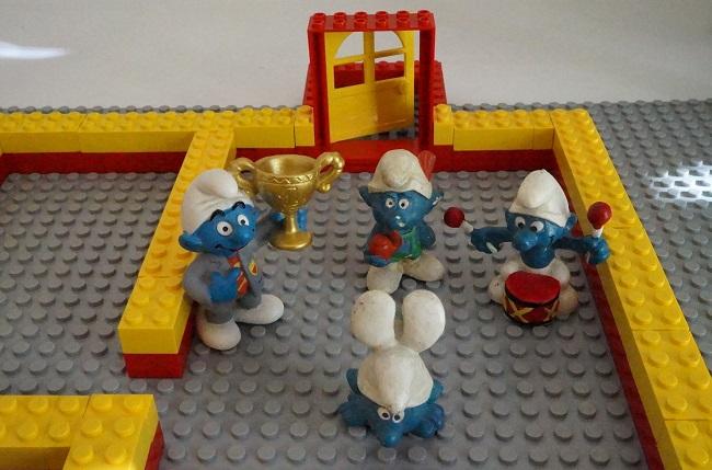 Lego und Schlümpfe beraten