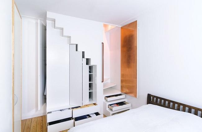Treppe mit offenen Schubladen